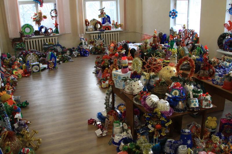 Брянские школьники изготовили для новогодних елок тысячи украшений